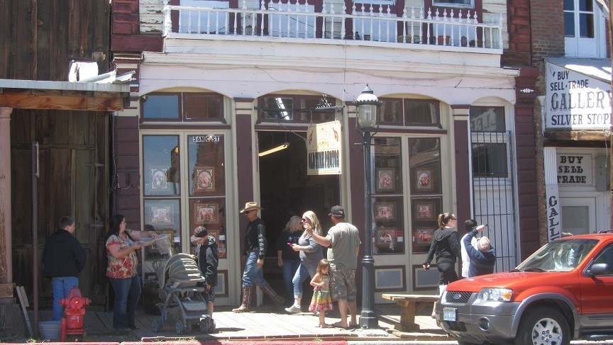 We reach Virginia city. It is a mining town, and tourist trap. The bulk of it is organized around taverns and casino's. There are a few museums, a train, and show that are kid friendly.