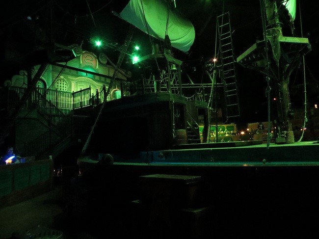 This is a theater in the horseshoe. It is not a theater in the round like most, this is a definite horseshoe. The shape works well since the bar in the other room is where the Captains quarters door on the ship actually leads, and seating people in the bar would be rather disadvantageous.